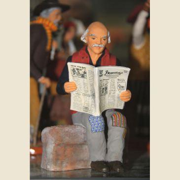 Grand-père sur banc 20 cm