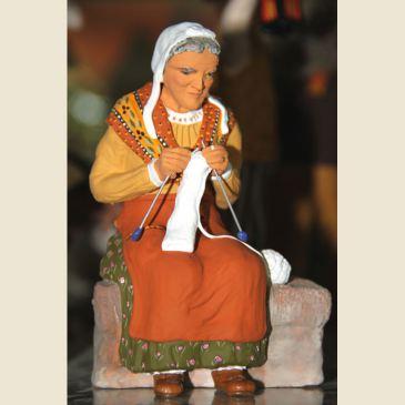 Grand-mère sur le banc 20 cm