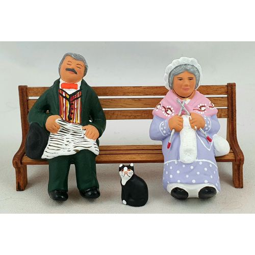 Grand-parents sitting on a bench with cat 9 cm