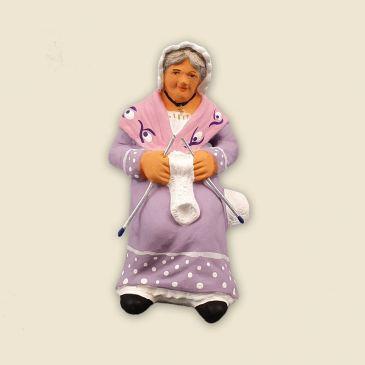 Grand-mère qui tricote à asseoir 9 cm