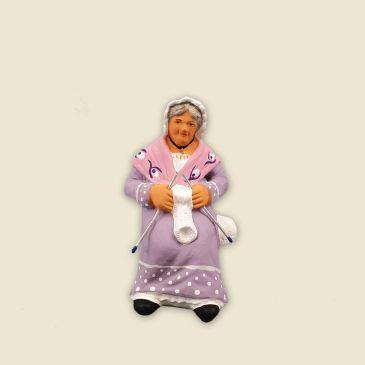 Grand-mère qui tricote à asseoir 6 cm
